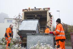 Mit unseren modernen Müllwagen erfolgt die Abholung des Kehrichts, Grün- oder Sperrguts schnell und effizient.